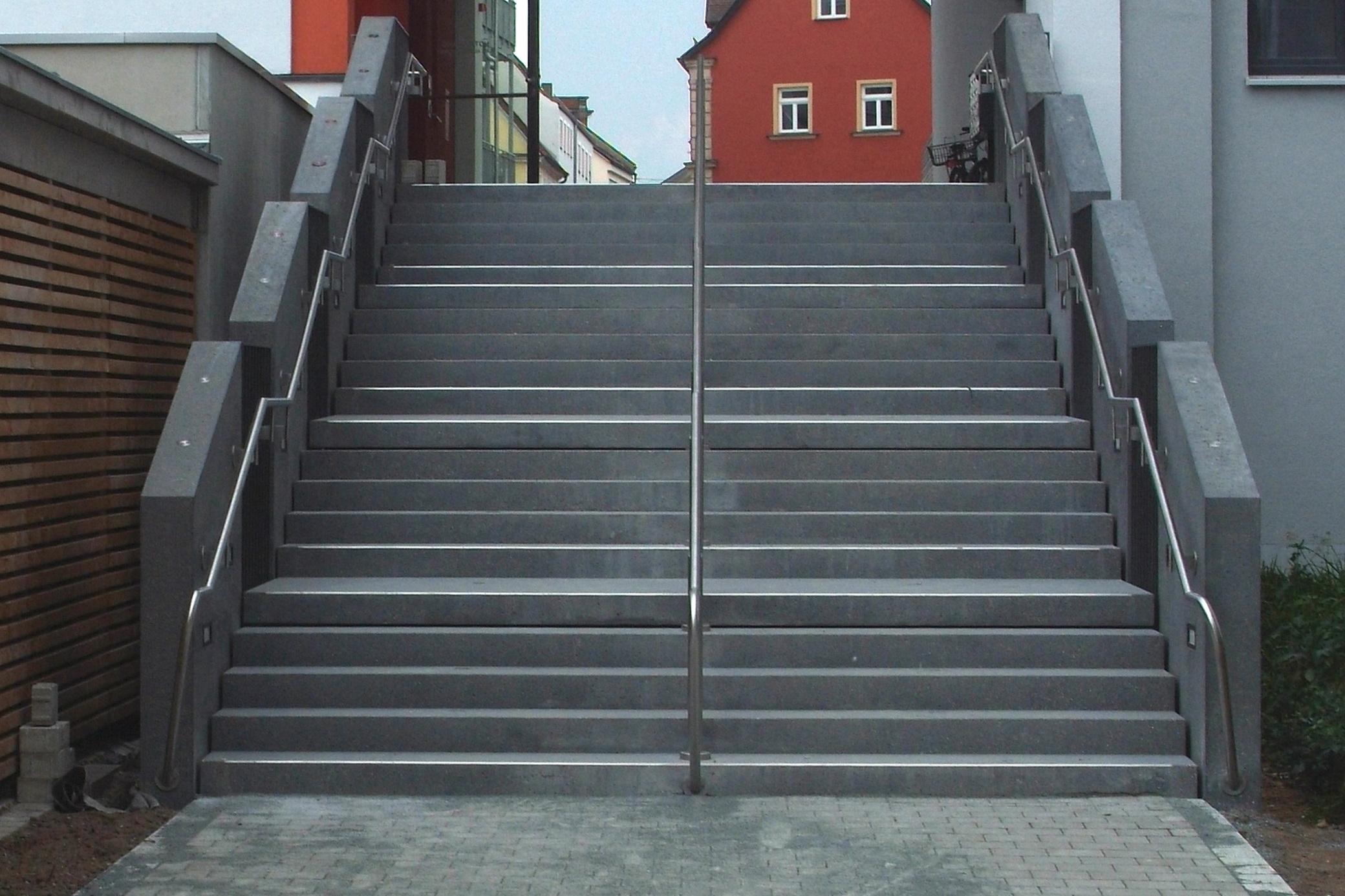 treppe aus sichtbeton stadtb cherei forchheim betonfassade. Black Bedroom Furniture Sets. Home Design Ideas